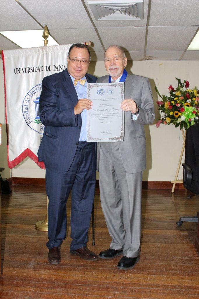 CULTURALES    Eduardo Morgan Jr. recibe reconocimiento de la Universidad de Panamá