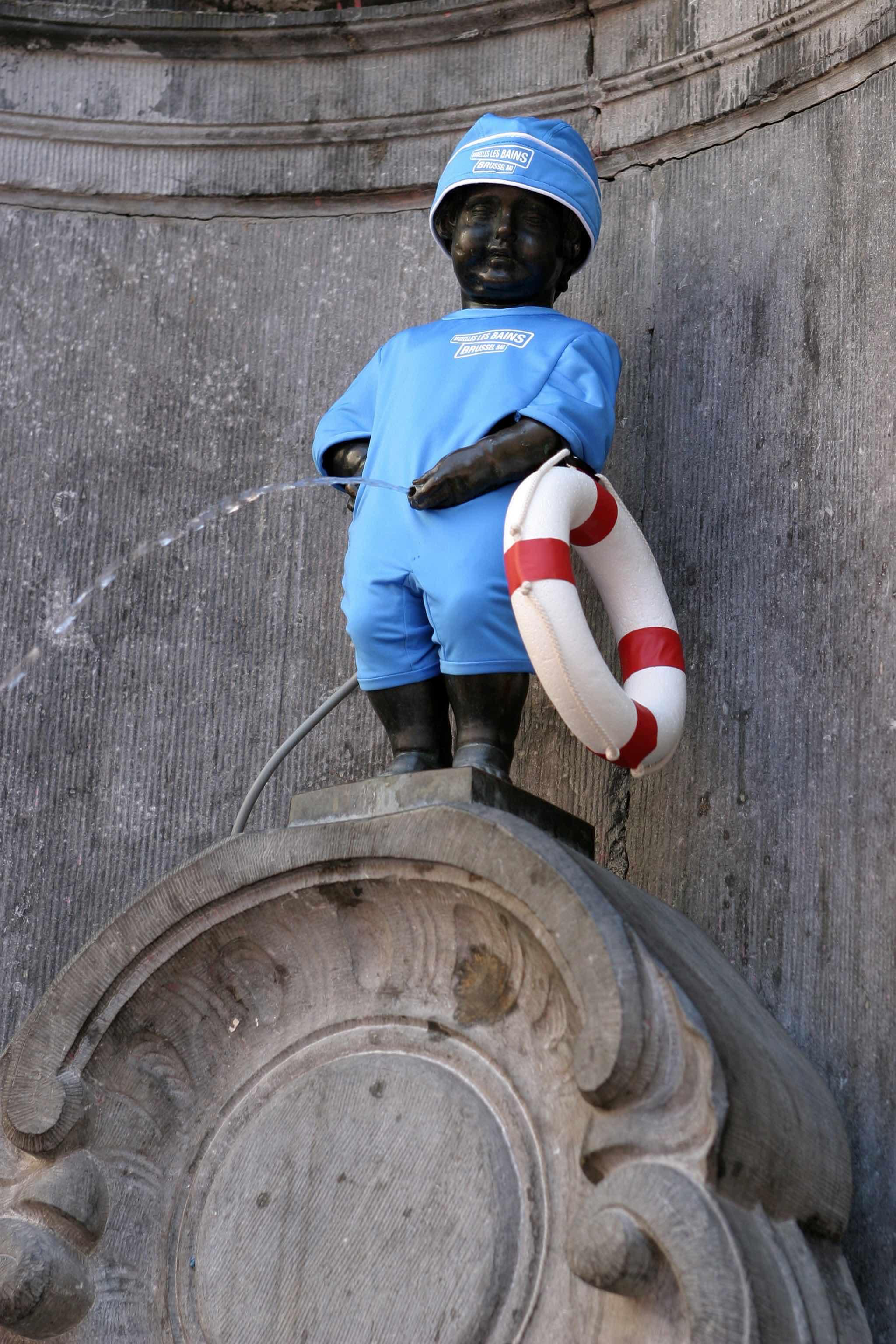Mannequin piss statue