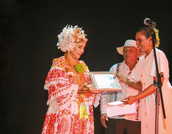 """CULTURALES EVENTOS    Dra. Carmen Amada Pinzón galardonada en """"Pinceladas del Folklore Panameño"""""""